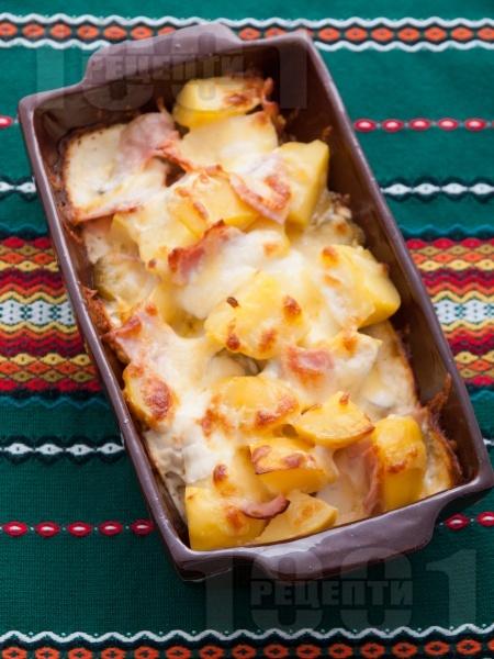 Запечени картофи с шунка, кашкавал и кисели краставички - снимка на рецептата